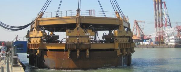 Megavibrator trilt brugpalen in
