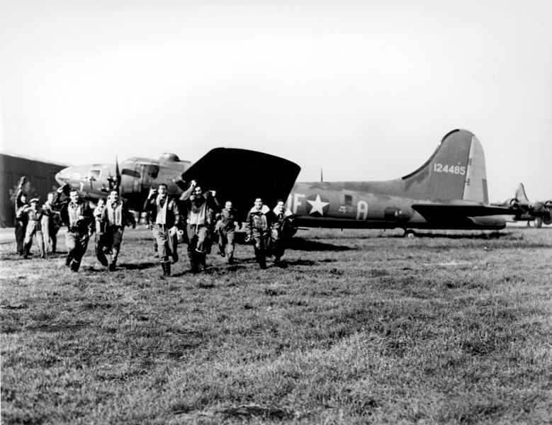 779px-The_crew_of_the_B-17_-Memphis_Belle-